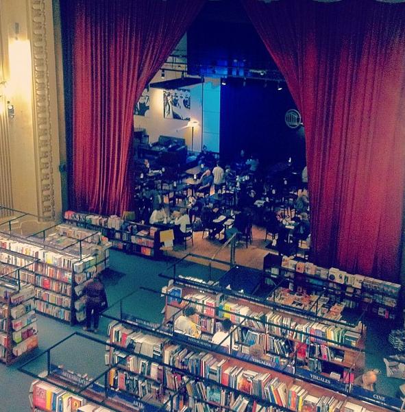 Dobrei a esquina próximo a recoleta. Olhei para cima e vi escrito: El Ateneo. Abri a página do Guia onde já tinha visto algo semelhante na parte de livrarias e confirmei: estava na frente da loja de livros mais linda do mundo.