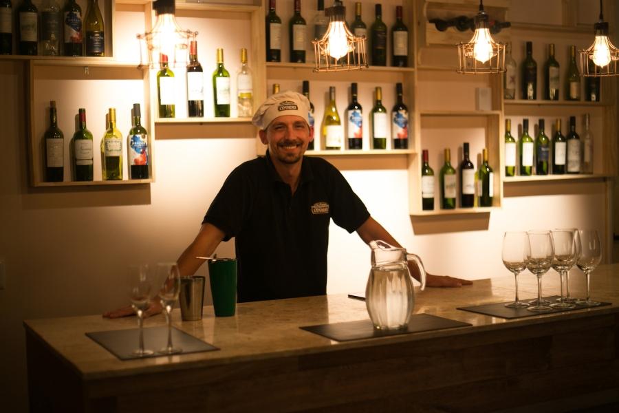 Ao chegar, você é recepcionado com 1 drink que mistura vinho, pisco e limão. Uma delícia.