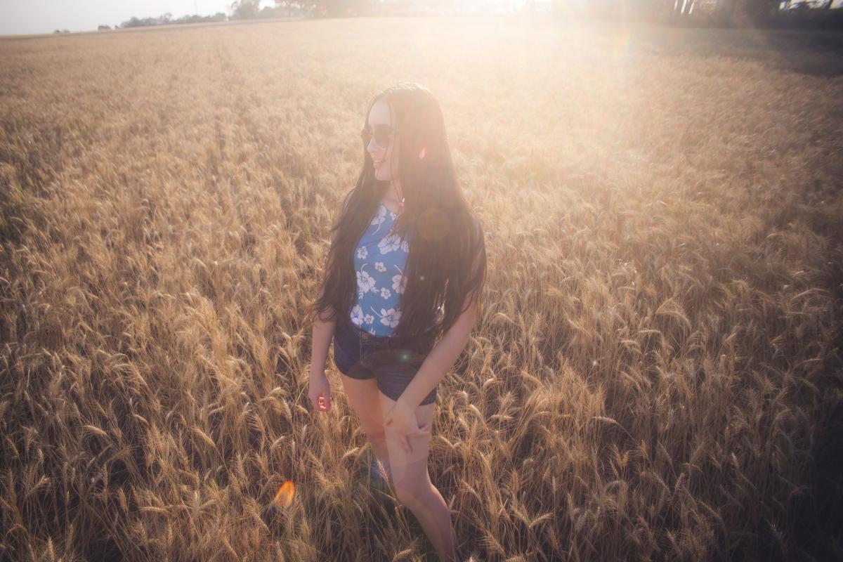 Achamos um campo de trigo e paramos para tirar fotos